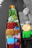 Плавая рынок, продавец плодоовощ в Woodenboat, Таиланде Стоковое Изображение