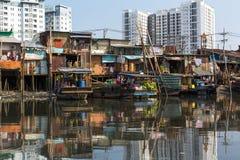 Плавая рынок с отражением в воде стоковое изображение