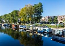 Плавучие дома на голландском канале, Гааге, Нидерландах Стоковое Изображение