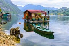 Плавучие дома озера Perucac (Сербия) стоковые фотографии rf
