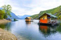Плавучие дома озера Perucac (Сербия) стоковые изображения rf