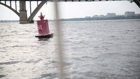 Плавучий бакен на реке, акции видеоматериалы