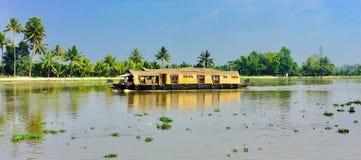 Плавучий дом в подпорах Кералы озера vembandu стоковые фото