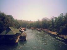 Плавучий дом размещещния на реке Kwai на национальном парке Sai Yok Стоковые Изображения RF