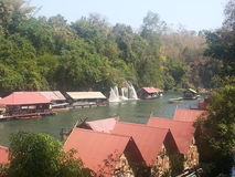 Плавучий дом размещещния на реке Kwai на национальном парке Sai Yok Стоковые Изображения