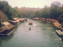 Плавучий дом размещещния на реке Kwai на национальном парке Sai Yok Стоковые Фото
