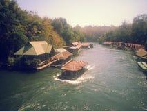 Плавучий дом размещещния на реке Kwai на национальном парке Sai Yok Стоковое фото RF