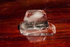 Плавя куб льда на деревянной предпосылке Стоковое фото RF