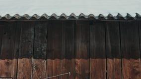 Плавя снег на крыше на солнечный весенний день, падения воды понижаясь от крыши окаймляет фронт макроса видеоматериал