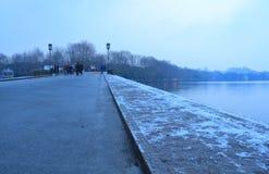 Плавя снег на сломленном мосте (duanqiao) на рано утром Стоковые Фотографии RF
