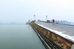 Плавя снег на сломленном мосте (duanqiao) на утре Стоковые Фотографии RF