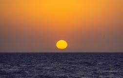 Плавя Солнце в воде моря Стоковое Изображение
