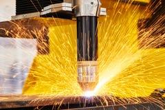 Плазма или механическая обработка вырезывания лазера с искрами стоковое фото rf