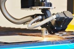Плазма или механическая обработка вырезывания лазера с искрами стоковые изображения rf