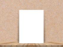Плакат пустой белой бумаги на поле тропической планки деревянных и стене бумаги, насмешке шаблона вверх для добавлять ваше содерж Стоковое фото RF