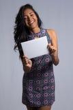 Плакат смеха и выставок женщины пустой Черное бразильское wearin девушки Стоковые Фото