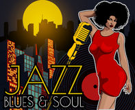 Плакат с городом ночи светов большим, ретро певицей женщины и луной Красное платье на женщине микрофон ретро Джаз, душа и син жив Стоковое Изображение RF