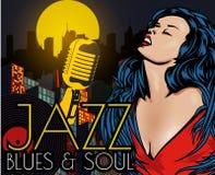 Плакат с городом ночи светов большим, ретро певицей женщины и луной Красное платье на женщине микрофон ретро Джаз, душа и син жив Стоковые Изображения RF