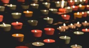 Пламена свечи накаляя в темноте, создают духовную атмосферу стоковое фото rf
