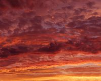 Пламенеющее красное оранжевое небо на сумерк вечера, оранжевый заход солнца, красочный заход солнца, eartistic фото сумерк вечера Стоковые Изображения