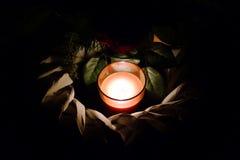 Пламенеющие свеча и венок могилы Стоковая Фотография