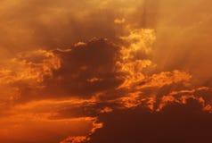 Пламенистое оранжевое небо захода солнца Стоковые Изображения RF