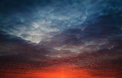 Пламенистое оранжевое небо захода солнца Стоковое Изображение RF