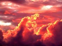 Пламенистые облака на заходе солнца стоковая фотография rf