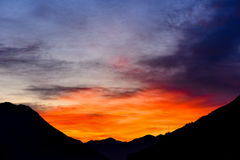 Пламенистый заход солнца в зиме стоковые фотографии rf