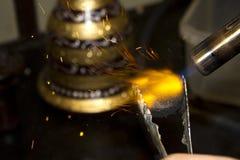 Пламя горя часть угля Стоковые Изображения