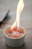 Пламя на creme brulee стоковое изображение