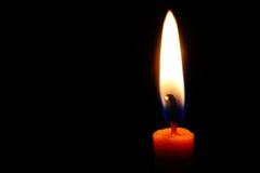 пламя свечки предпосылки черное одиночное Стоковые Изображения