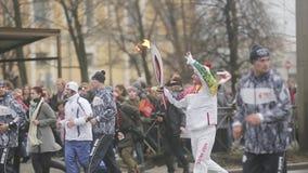 Пламя эстафетного бега олимпийское в Санкт-Петербурге в октябре Бежать Plushenko с факелом сетка перста вверх по вектору акции видеоматериалы