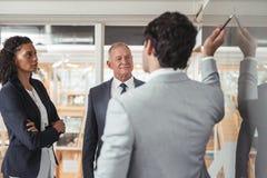 Планирование и стратегия в действии в зале заседаний правления Стоковая Фотография RF
