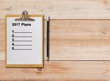 2017 планов на бумажной доске сзажимом для бумаги на деревянной предпосылке Стоковое Фото
