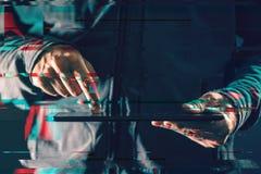 Планшет в мужских руках, влияние цифров небольшого затруднения Стоковое Фото