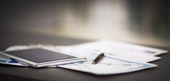 Планшет и финансовые диаграммы стоковая фотография rf