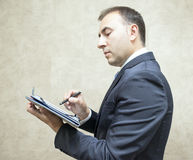 Планшет серьезных и элегантности бизнесмена компьтер-книжки стоковое изображение rf
