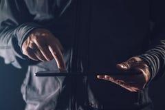 Планшет цифров в мужских руках Стоковые Фото