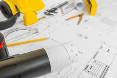 Планы строительства с желтым шлемом и чертегные инструменты на bluep Стоковая Фотография RF