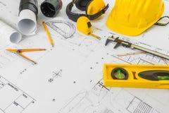 Планы строительства с желтым шлемом и чертегные инструменты на bluep Стоковое Изображение RF
