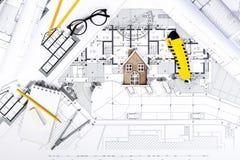 Планы строительства с чертегными инструментами и миниатюрой дома на голубом Стоковая Фотография RF
