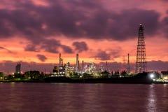 План индустрии нефтеперерабатывающего предприятия на сумерк Стоковые Фото