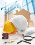 План и строительное оборудование светокопии шлема безопасности на своде стоковое фото rf