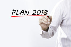 План 2018 сочинительства руки бизнесмена с красной отметкой дальше transparen Стоковое Изображение