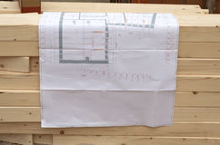 План строительства для плотника на деревянной куче Стоковые Изображения