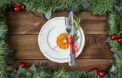 План таблицы рождества, бюрократизм с ручкой циннамона, rosmarin и кусок сухого апельсина Стоковые Фотографии RF