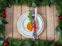 План таблицы рождества, бюрократизм с ручкой циннамона, rosmarin и кусок сухого апельсина Стоковое фото RF