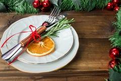 План таблицы рождества, бюрократизм с ручкой циннамона, rosmarin и кусок сухого апельсина Стоковое Изображение RF