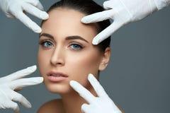 Пластическая хирургия Красивая женщина перед пластичной деятельностью щеголя Стоковая Фотография